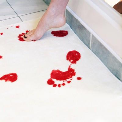 Tapis de bain ensanglanté