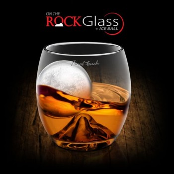 Verre à whisky et sa boule de glace On the rock