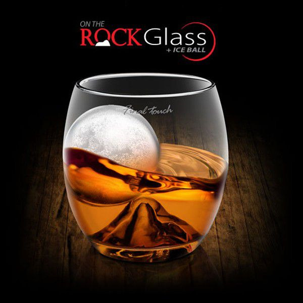 verre à whisky avec sa boule de glace on the rock